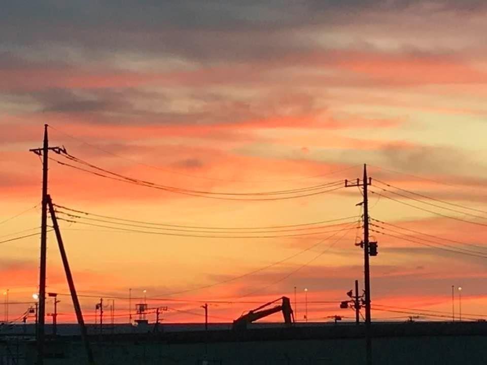 重機と電柱 夕陽を背に
