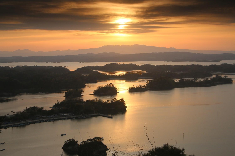 松島の夕日を大高森からお届け・・・・来週は名月の・・・。